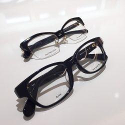 ピリッと効いてる黒縁メガネ
