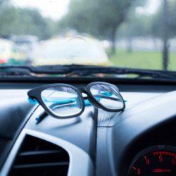 夏場の車内、メガネ放置は要注意!